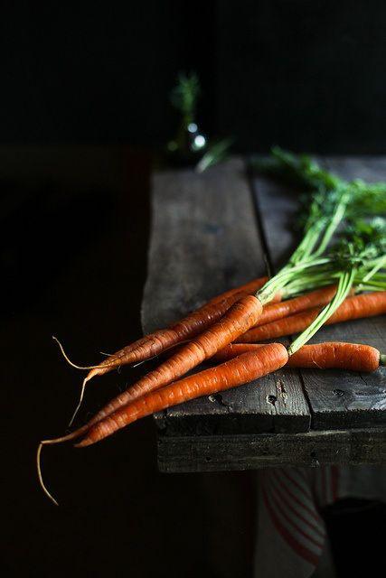 Originaire d'Asie Centrale, la carotte est célèbre pour sa teneur en bêta-carotènes,un puissant antioxydant qui ralentit le vieillissement et améliore l'état de la peau.  Riche en vitamine A, essentielle à la vision, la carotte peut diminuer les risques de dégénérescence et de cataracte. De plus, son taux de vitamines A allié à son fort taux de phosphore, la carotte renforce les os et les dents.  Riche en anti-oxydants, la carotte réduirait le mauvais cholestérol, protégerait les poumons et le cœur contre les maladies cardiovasculaires et certains cancers. Riche en vitamines, elle participe également à la production de globules rouges qui apportent de l'oxygène à toutes les cellules du corps.