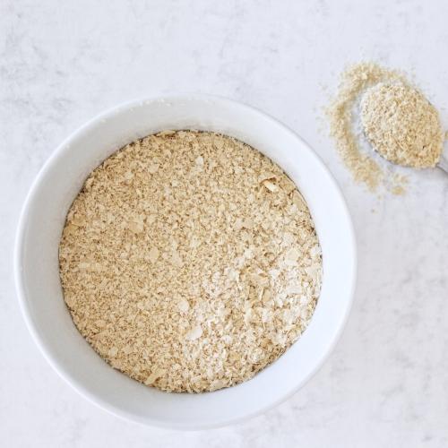 """La levure alimentaire n'est pas une levure qui fait monter les gâteaux :)  Elle est une levure pure obtenue à partir d'un micro-organisme, le champignon Saccharomyces cerevisiae, cultivé sur la mélasse de canne à sucre ou de betterave.  Très tendance dans l'alimentation végétalienne, cette poudre d'or est très riche en protéines et contient 9 acides aminés essentiels, ce qui lui permet d'être une excellente alternative de protéine animale.  Source de minéraux, tels que le zinc et le fer et super riche en vitamines du groupe B, la levure nutritionnelle est un excellent boosteur d'énergie.  Elle a un goût de noisette/parmesan avec une saveur """"umami"""", qui à la particularité de favoriser la satiété.  En plus de ces bienfaits nutritionnels, elle est aussi un « aliment beauté » puisque ces nutriments permettent aussi d'entretenir et d'améliorer la santé des cheveux, de la peau et des ongles."""