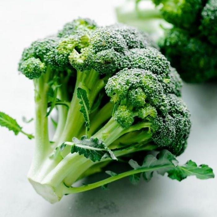Découvert en Italie, ce chou sauvage est gorgé de nutriments et de fibres nécessaires à notre organisme.  Comme la plupart des crucifères, il libère du sulforaphane, un composé soufré détoxifiant, antibactérien et anticancer.  Estomac, côlon, vessie, prostate ou utérus, le brocoli est surtout bénéfique contre les cancers du bas-ventre.  Exceptionnellement riche en vitamines :  À poids égal, le brocoli renferme plus de vitamine C que l'orange !  Gorgé de provitamines A, il possède des pouvoirs antioxydants et aide à combattre les affections de l'oeil.  Comme la plupart des légumes verts, il renferme une bonne concentration de vitamine B9, indispensable au renouvellement cellulaire et particulièrement conseillée aux femmes enceintes.