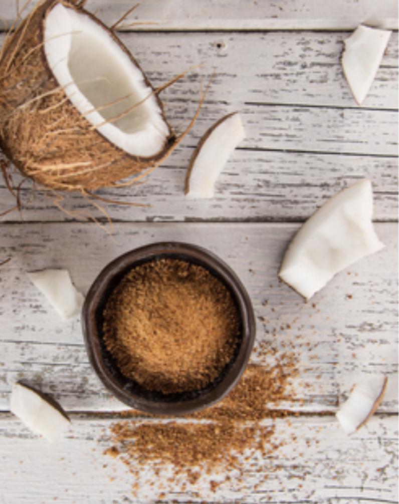 Le sucre de coco provient de la sève de la fleur de cocotier.  Sa contenance en vitamines et minéraux, notamment des polyphénols et du potassium, lui octroie l'avantage d'être un sucre nutritionnellement plus intéressant que le sucre blanc.  Le sucre de coco et le nectar de noix de coco contiennent une fibre connue sous le nom d'inuline. Cette fibre peut aider à ralentir l'absorption du glucose, elle offre une alternative pour les personnes souffrant de problèmes de diabète. Cette particularité lui permet de bénéficier d'un d'index glycémique bas mais d'un pouvoir sucrant plus intense. On aura alors tendance à moins sucrer nos desserts !