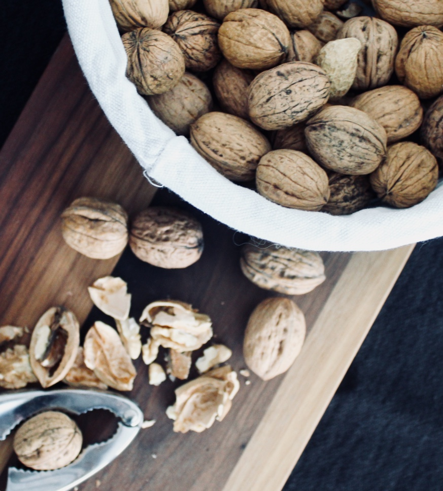 La noix est le premier fruits à coques qui renferme le plus d'acides gras polyinsaturés, notamment les omega-3, essentiel à notre organisme.  Cette merveille aux mille et une vertus est riche en antioxydants : flavonoïdes, caroténoïdes… qui eux préviennent les maladies cardiovasculaires.  Les minéraux qu'elle renferme sont des atouts précieux pour notre santé : potassium, magnésium, calcium…  En plus de ces bénéfices pour notre santé, les noix ont un pouvoir satiétant intense et ne nous feront pas prendre de poids. Adieu les fringales !  Seul petit bémol, la noix est acidifiante (indice PRAL 6). Veillez simplement à modérer votre consommation.