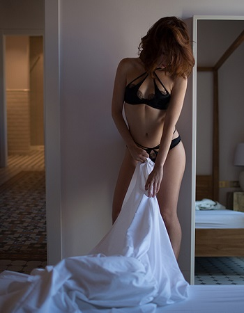 A  nna Alba   Anna is a sophisticated and adventurer companion based in Barcelona and a frequent visitor in NYC and London. She is a petite pale beauty with a with a teasing smile, bright green eyes and a fine sense of humor. Beware, she is addictive...