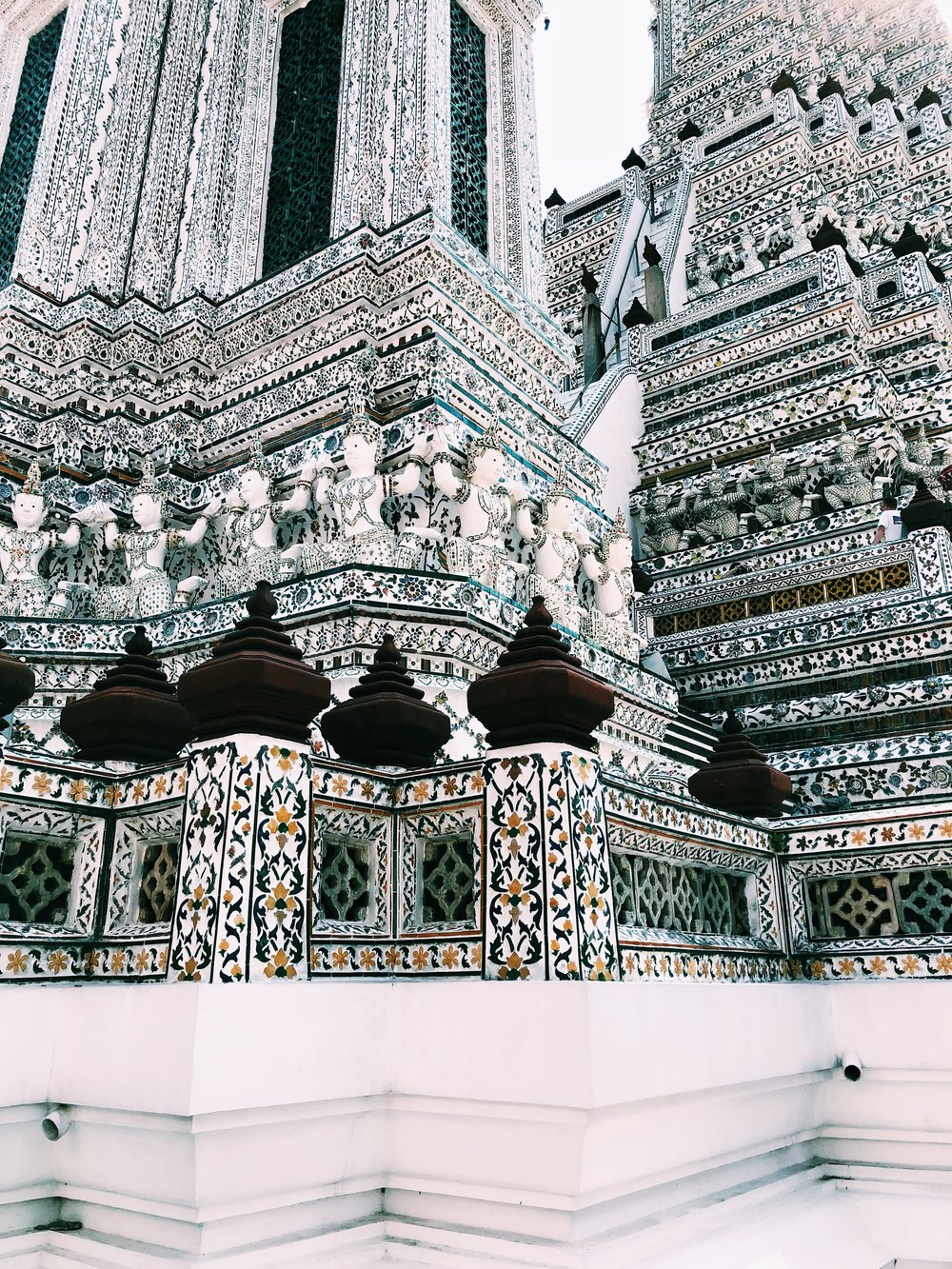 Many of the temples are decorated with broken pieces of mosaic. The Thai didn't want to waste the ceramic when they arrived broken from China, so they decided to repurpose them! I really admire their creativity & usefulness.
