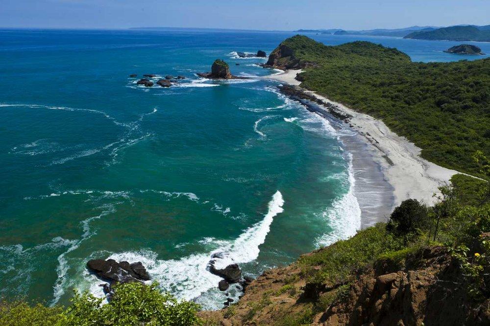 Foto: Ministerio de Turismo de Ecuador - La vista de 'Los Frailes' desde uno de los acantilados