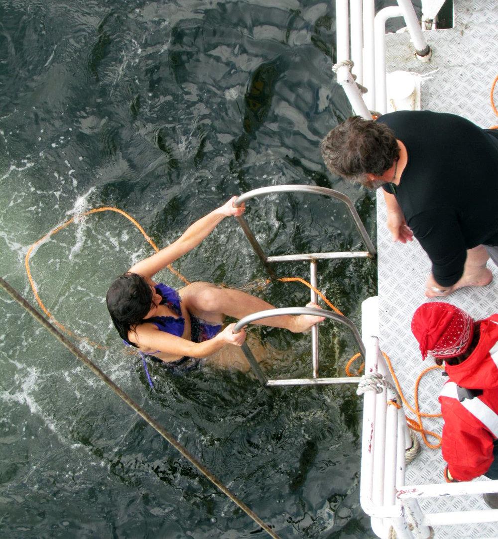 Esta soy yo saliendo del helado mar después de mi valiente 'Polar Plunge'