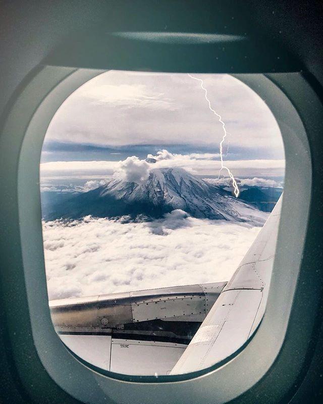 Sabes que estas llegando a Ecuador cuando miras por la ventana y te encuentras con esta vista.. #TropicalmenteElegantes  Shot by @mr.blashko