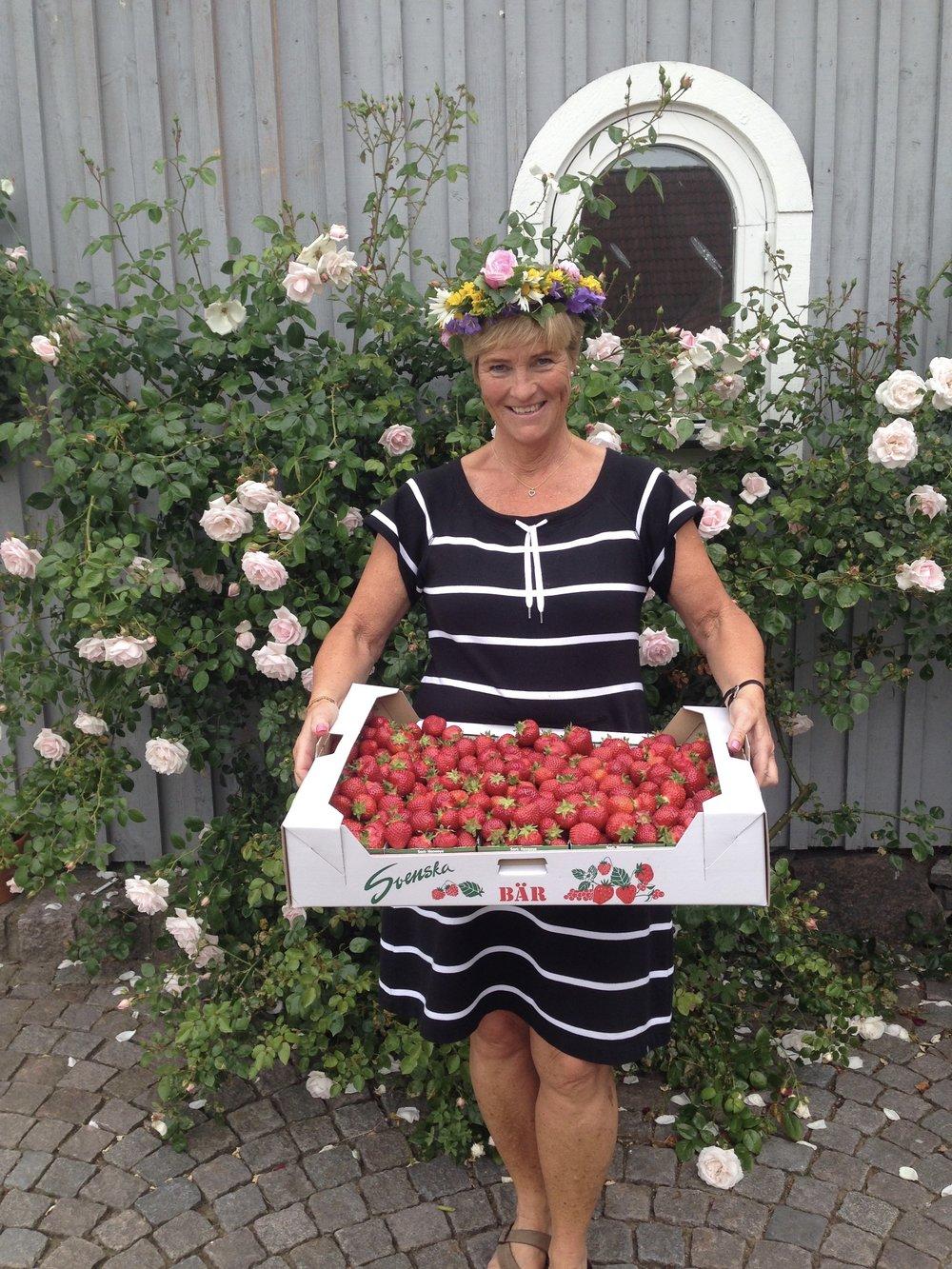 Midsommar är den populäraste dagen på året för svenska jordgubbar. Då äter vi i Sverige ca 5 miljoner liter jordgubbar.