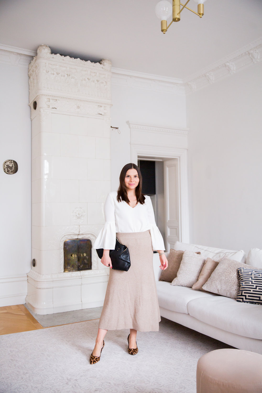 Angelica Aurell outfit stickad kjol Zara Alexander McQueen taklampa sekelskifte.jpg