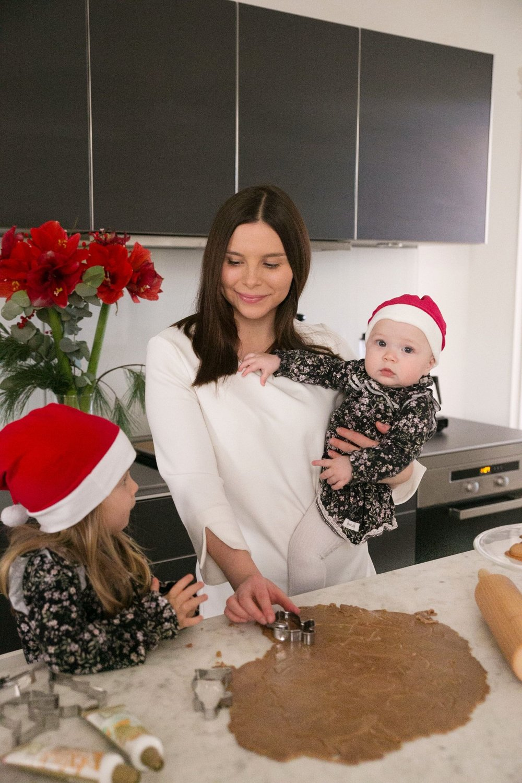 jul baka pepparkakor med barn Angelica Aurell Angelicas Closet.jpg