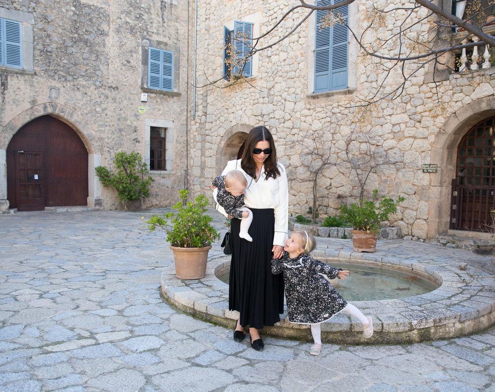 Angelica Aurell Mallorca Deia resa med barn.jpg