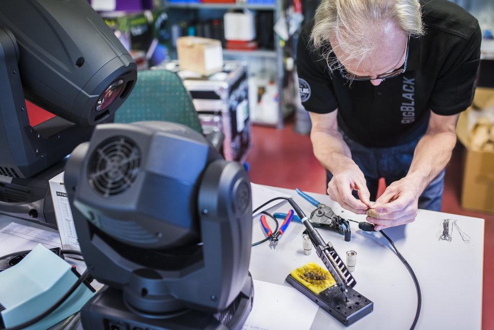 Bellalite sköter även underhåll, service och garantireparationer på utrustningen de levererar i sin egen serviceverkstad.