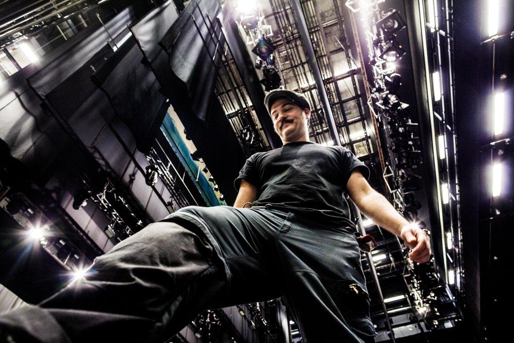 Det är ett högt tempo som gäller för alla som jobbar på Göteborgsoperan. Scenteknikern Michael Mennell skyndar över stora scenen med fyra av operans alla ljusriggar högt över sig.
