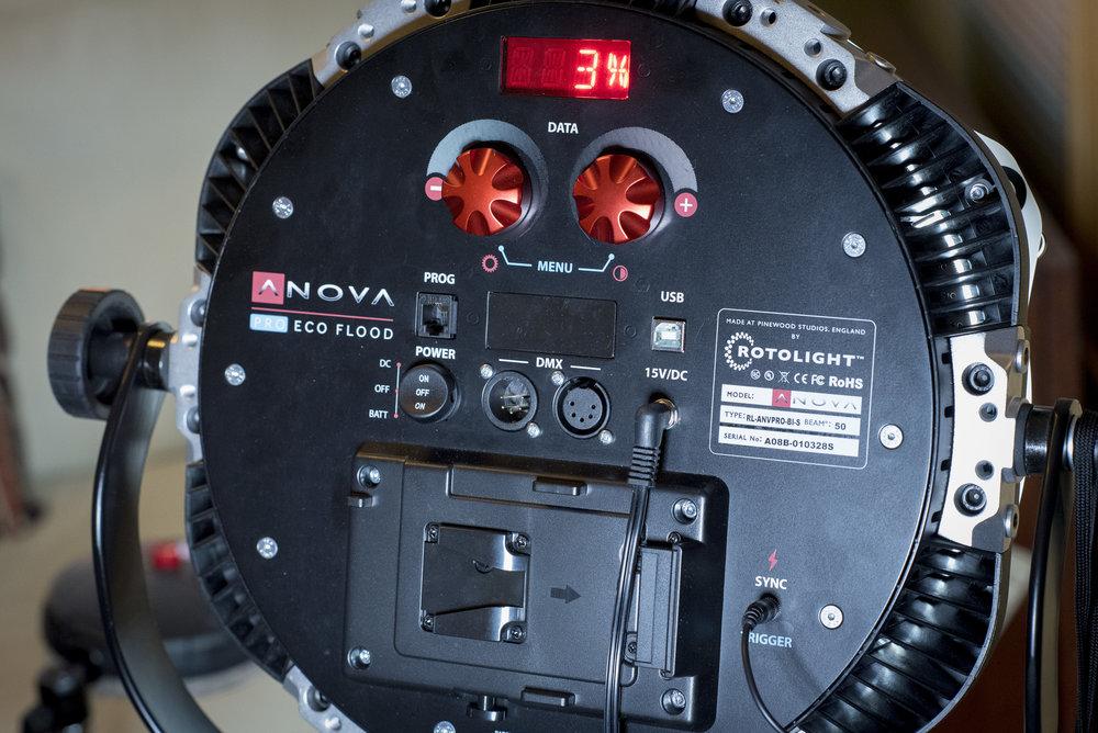 På baksidan av Rotolight Anova Pro sitter de två rattarna med vilka du kan styra alla funktioner.