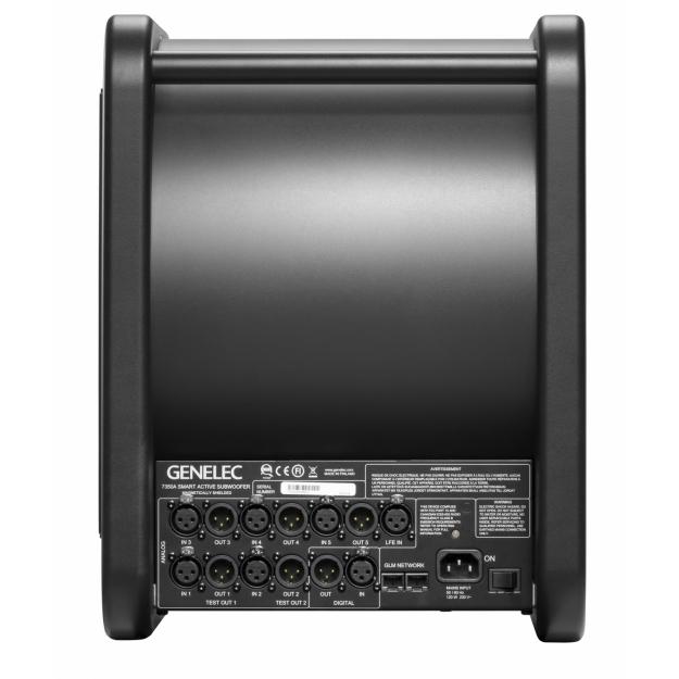 Analoga ingångar för 5.1 skickar vidare signalen till huvudmonitorerna. Det finns också digital stereo in och ut samt nätverksportar för GLM-nätet.