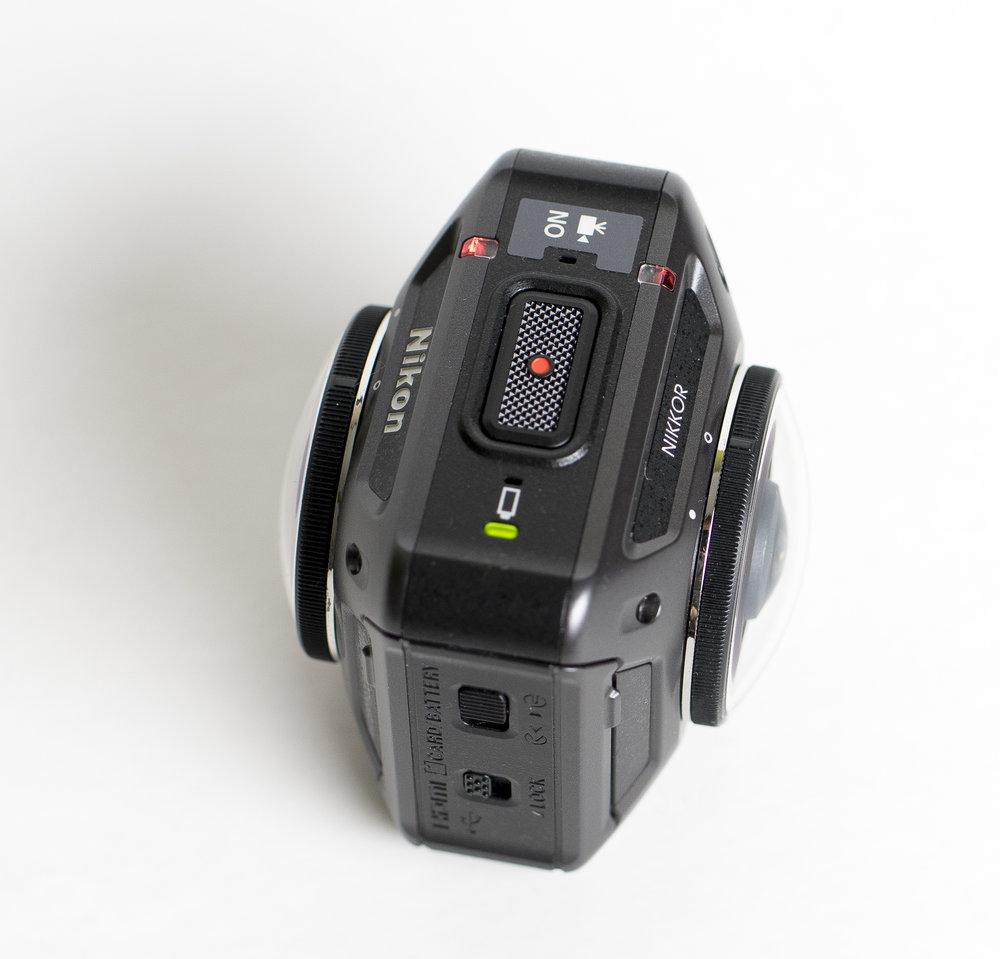 Innanför den vattentäta luckan finns batteriet, mini-SD-kortet, USB- och HDMI-kontakter. Där finns också den tredje knappen på kameran, den som sätter kameran i Flight-mode.