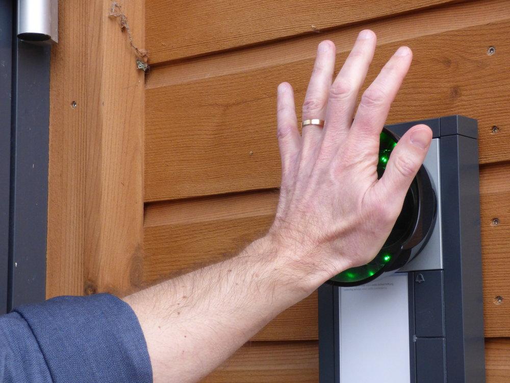 De lever som de lär och älskar ny teknik. Nyckel eller kodlås? Hopplöst föråldrat i dag. Här visar de upp möjligheten med en hand-scanner som läser av din handflatapå under en sekund för att öppna dörren till huvudkontoret.