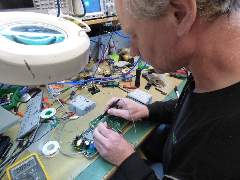 I deras serviceverkstad jobbar tre anställda servicetekniker som kan utföra reparationer och service på komponentnivå.