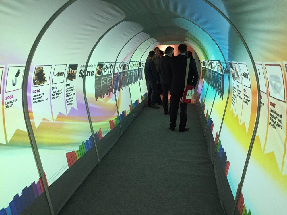 Teletech har inte bara streaming- och tolkuppdrag. Här har man skapat en upplevelsetunnel där det visas bilder på tunnelns insida. Det löstes med sex projektorer, tre på varje sida av tunneln.