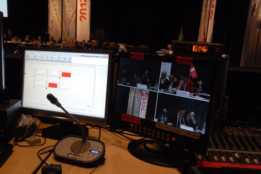 För att streama bild används ofta fjärrstyrda dome-kameror från Sony för att smidigt täcka upp ett event. Hela sändningen övervakas noga av tekniker som även mixar bild och ljud.