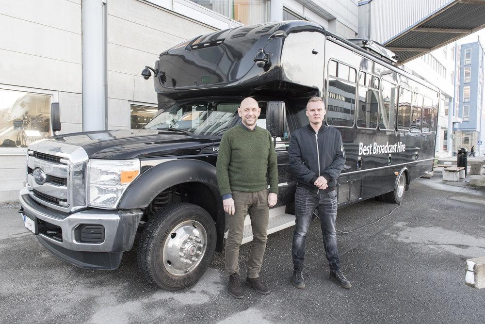 BBH:s manager Oskar Pantzar och säljchef Anders Francke framför den mångsidiga och teknikspäckade OB-bussen The Hawk.