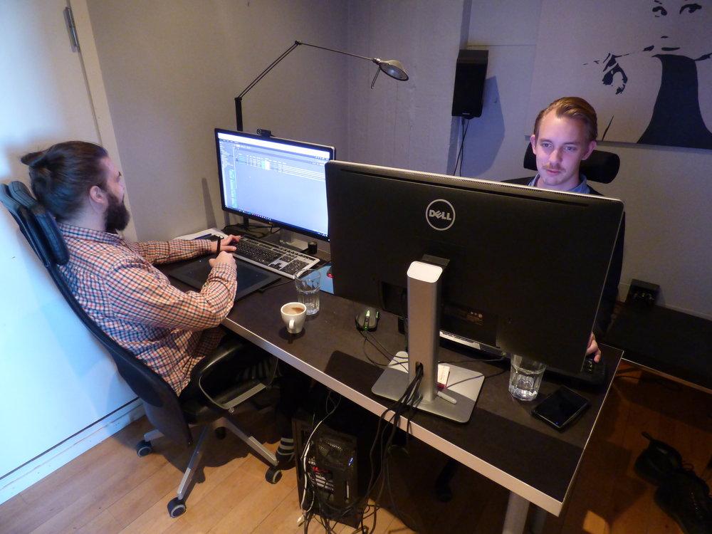 Christian och Martin på Filmgates drygt fem kvadratmeter stora Stockholmskontor. Det behövs inga större ytor för att skapa fantastiska VFX-arbeten.