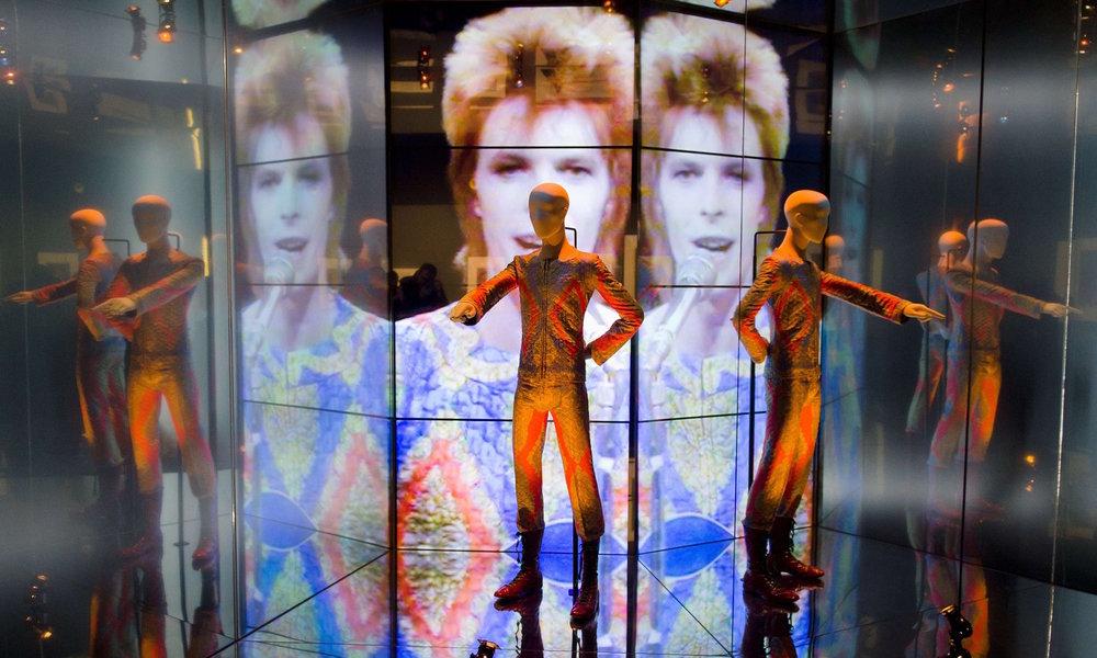 The Victoria & Albert Museums stora utställning om David Bowie var en av dess mest framgångsrika någonsin. Närmast en uppvisning i hur en utställning om en musikartist ska utföras. Bowie gav museet tillstånd att välja och vraka i sitt stora bibliotek.