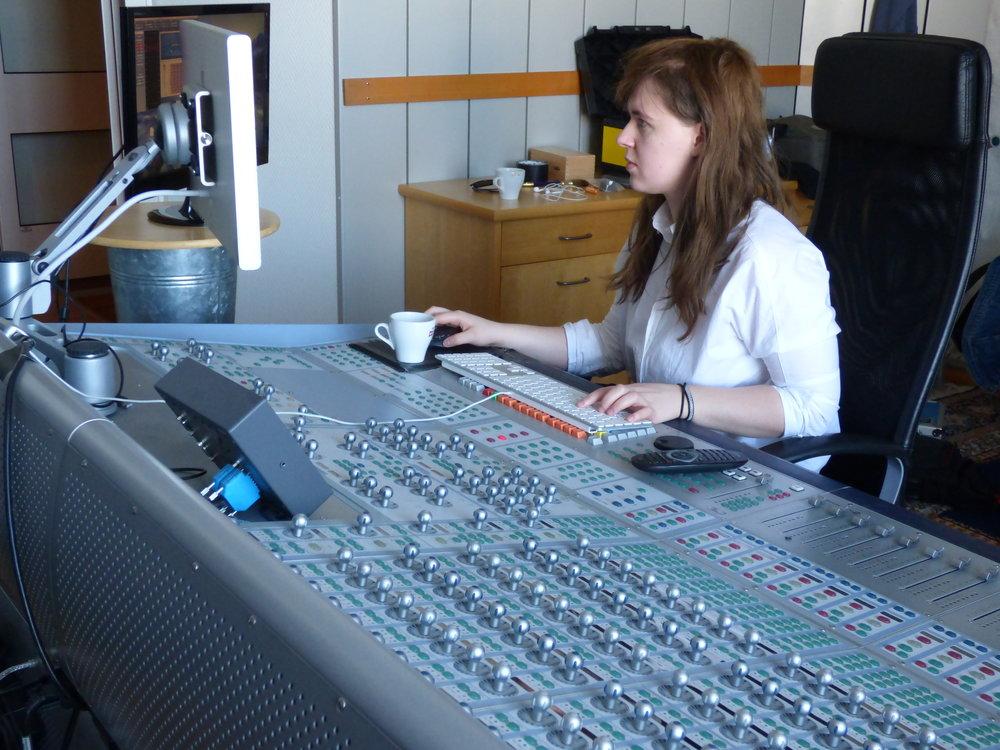 Gabrielle Wikhede sitter i S3 (båtrummet) och jobbar med en dokumentär om vampyrer. Bordet är ett Avid Icon och programmet Pro Tools.