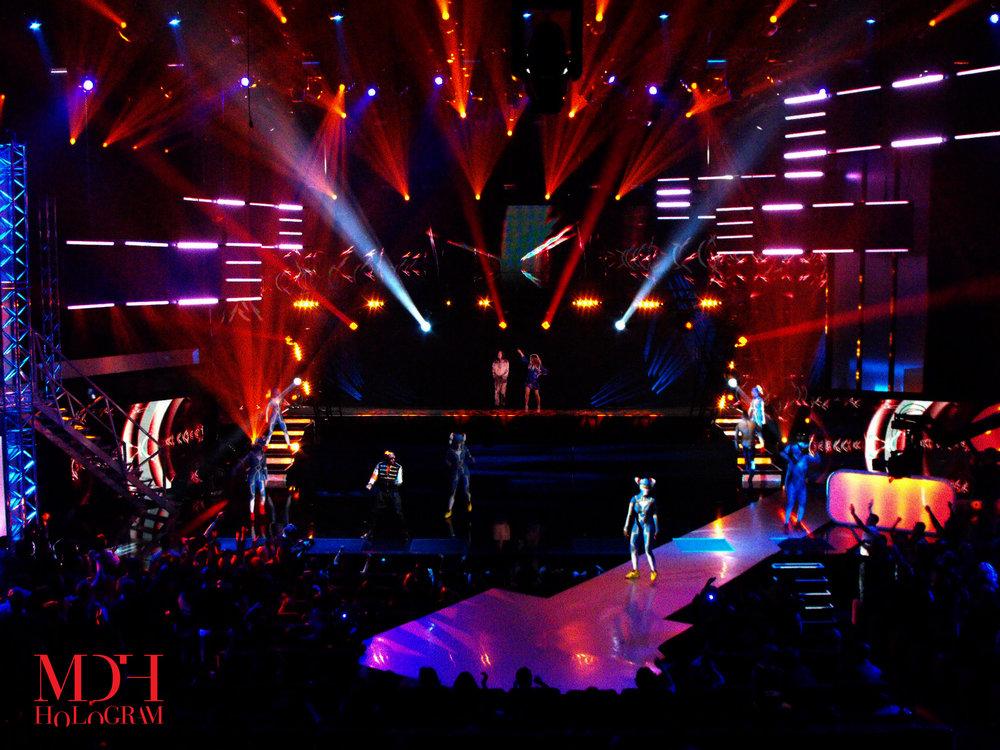 Hologram som räddare i nöden. När Black Eyed Peas skulle framträda vid franska NRJ Awards, motsvarigheten till The Grammys, fick två av medlemmarna förhinder. Men Fergie och Taboo dök upp på scenen i alla fall, i form av hologram, tack vare MDH:s EyeLiner.