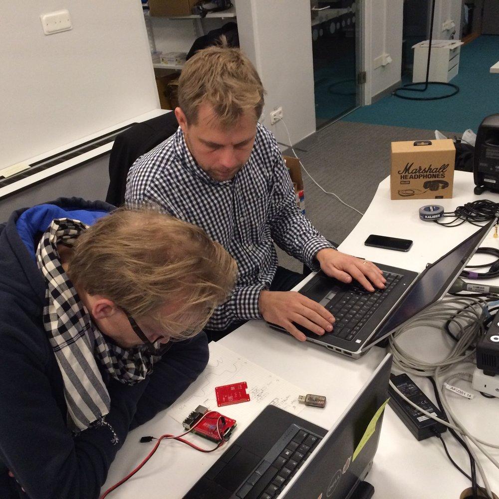 Ola Palm och Roger Sandholm programmerar den Raspberry Pi-minidator som sitter i varje OB-väska.