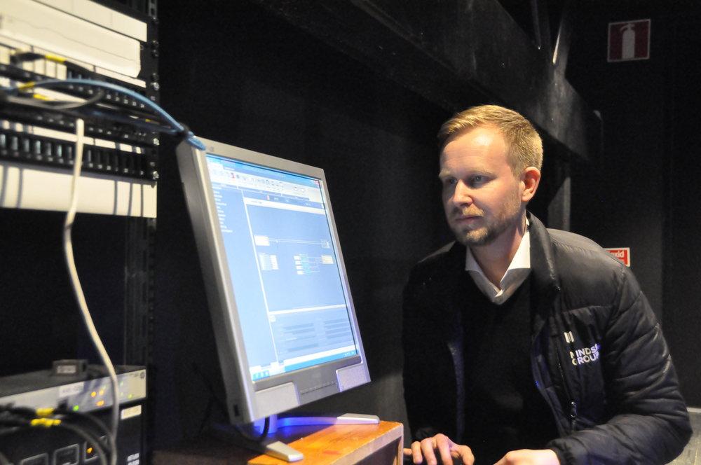 Kenneth Edlund från Mindspace vid styrsystemet för ljudtekniken på Vävenscenen.