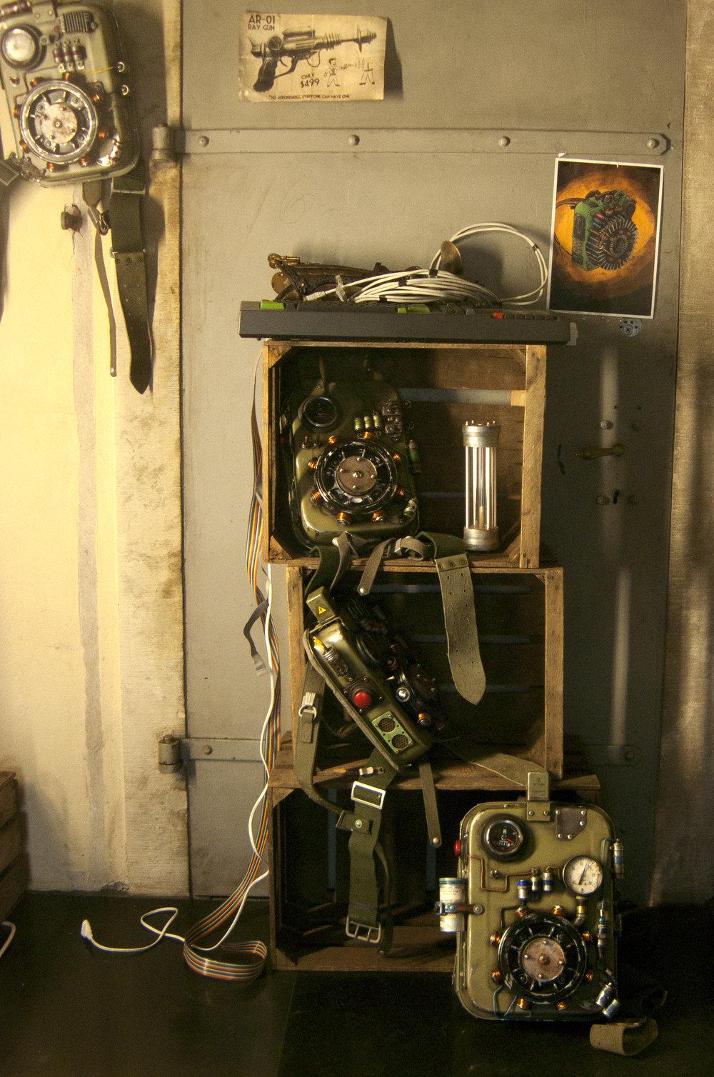 Utrustning för tidsresor, med regissörens ursprungliga ritning på väggen.
