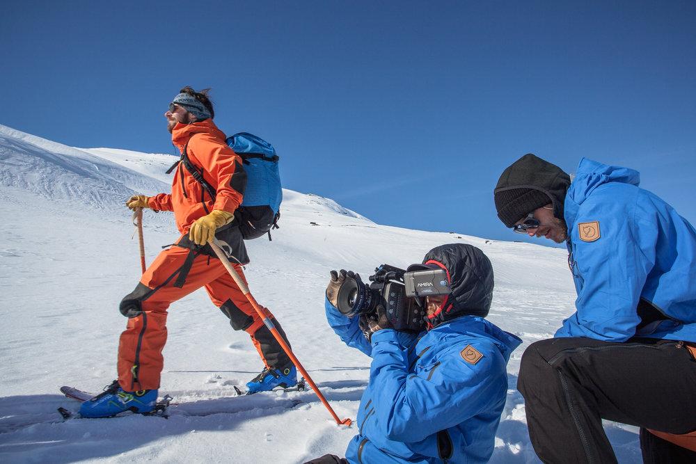 POW-ambassadören Johnn Andersson skrider fram i den norska snön, bevakad av Axel Adolfsson och Victor Dunerman Daggberg.