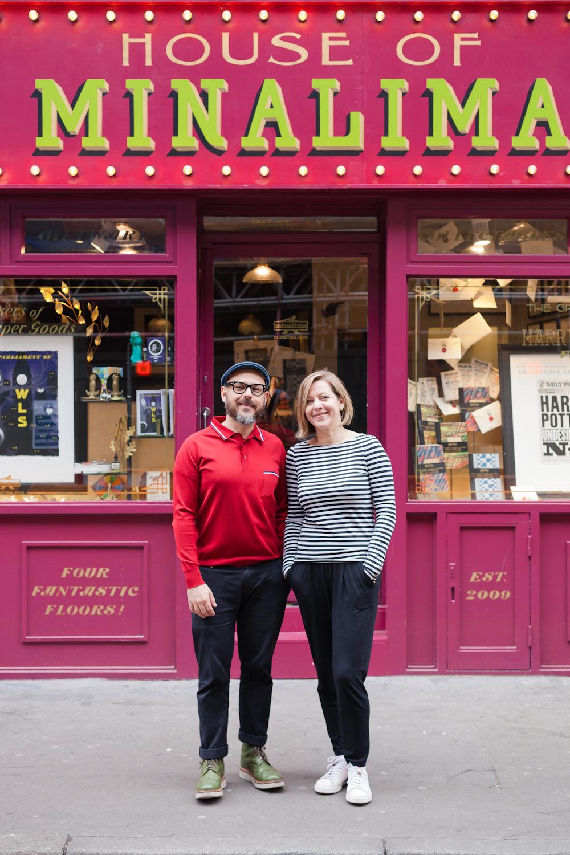 Eduardo Lima och Minaphora Mina utanför den egna butiken House of MinaLima i centrala London.