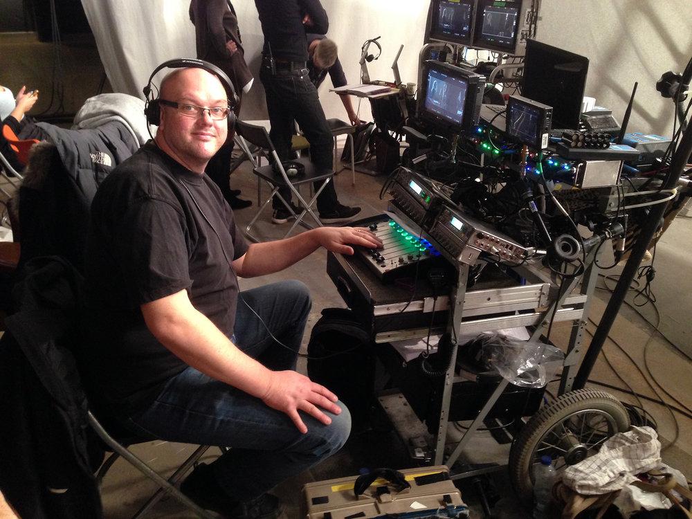 Är det mycket som ska mixas jobbar Henric oftast från sin ljudvagn för att lösa uppgiften.