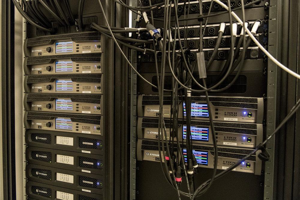 Förstärkarna för Kungasalen är fem Crown IT4x3500HD och fem Crown DCI4x600N, alla uppmärkta med sitt specifika användningsområde.