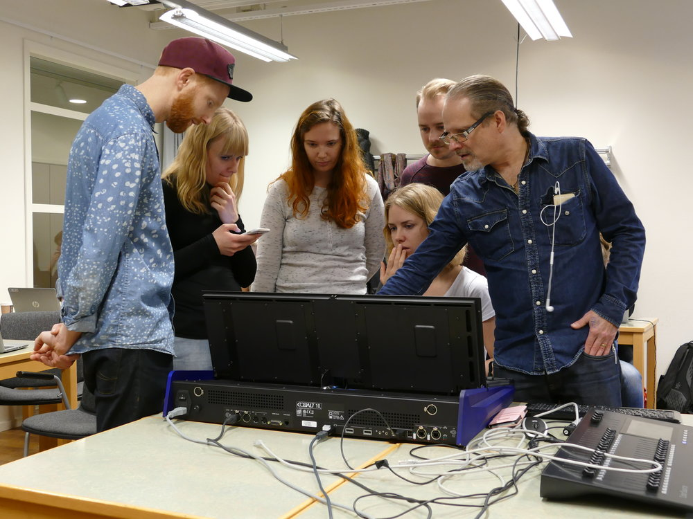 Dagens gästlärare är Ulf Sandström som utbildar på ljusbordet ETC Cobalt, som han även varit med och utvecklat.