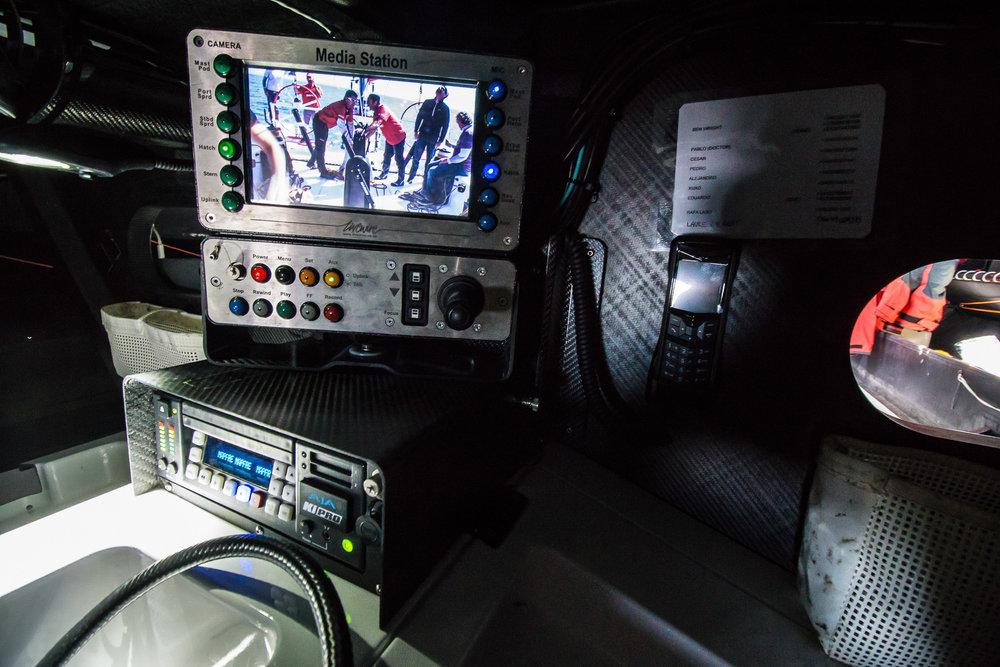 Mediaracket innehåller bland annat en mediastation där båtens alla fasta kameror styrs.