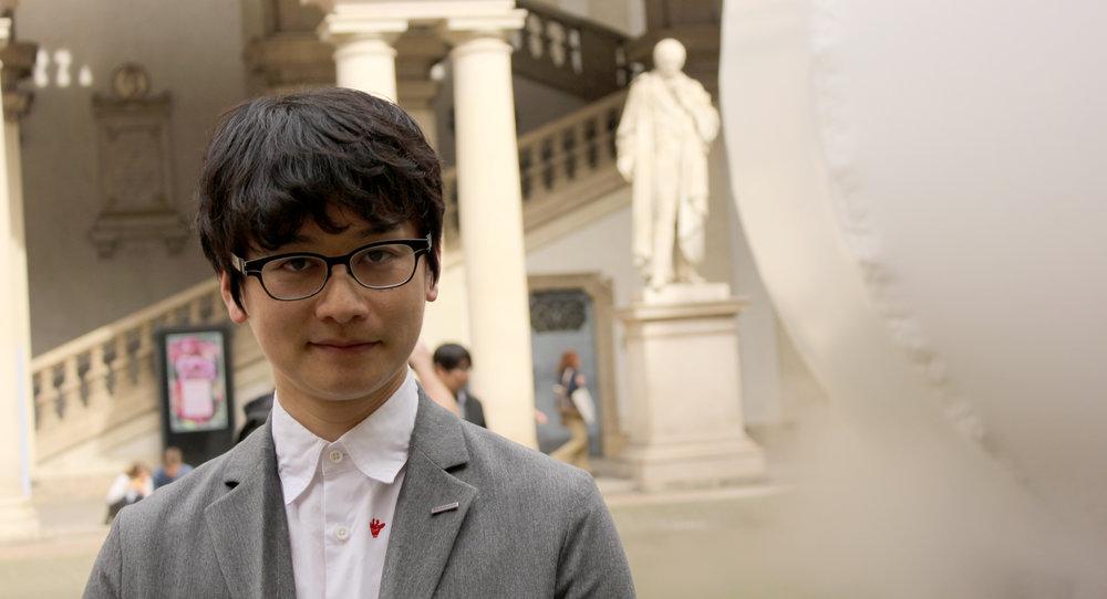 Panasonics designer Ryoto Uschida framför det kupolformade verket påPalazzo di Breras innergård.
