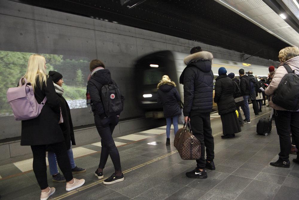 Projektorerna installerades medan tågen rullade och perrongerna var fulla av resenärer. Det ställde höga krav på säkerhet och logistik.