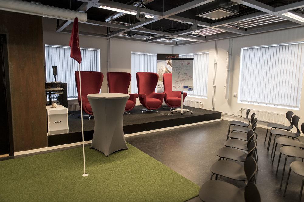 Eventrummet har plats för 150 besökare och har en PA-anläggning med Sennheiser-myggor, Sennheiser-handmikrofoner och Bose-högtalare.