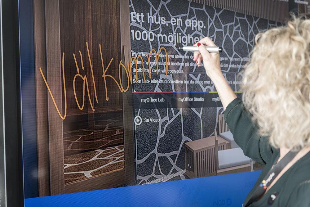 I ett av konferensrummen visar Linda Holmquist oss hur BIG PAD-skärmen fungerar.