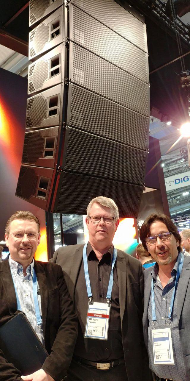 Olof Arvidsson (t.v.) och Pierre Couriaut (t.h.) från Arva tillsammans med Monitors ansvarige utgivare Björn Hansen, framför d&b audiotechniks GSL.