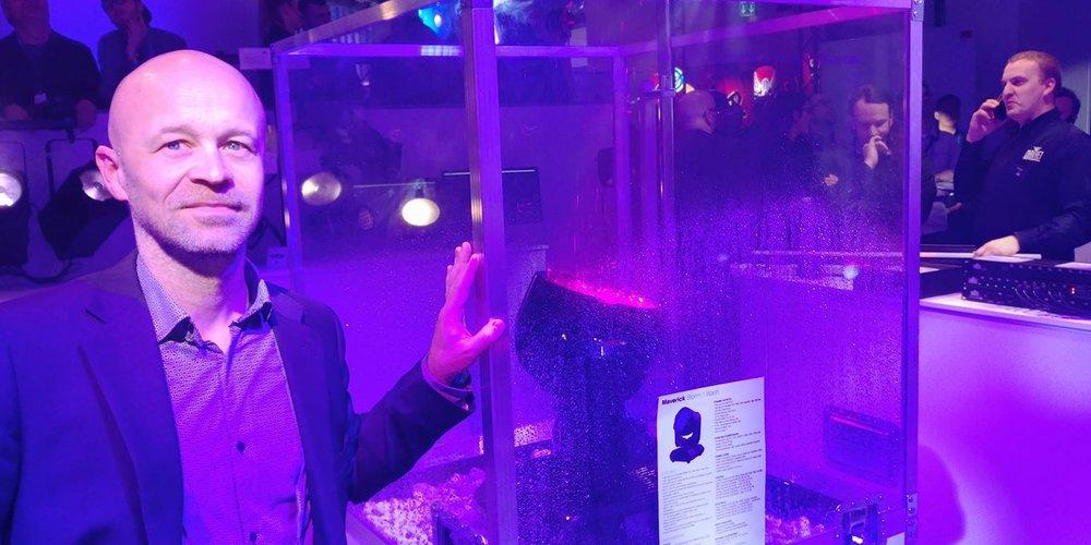 Det regnade kraftigt på Chauvets nya maskin Maverick Storm 1 Wash inuti glasmontern, för att demonstrera dess tålighet i ruskväder. Här ackompanjerad av Björn Starfelt.