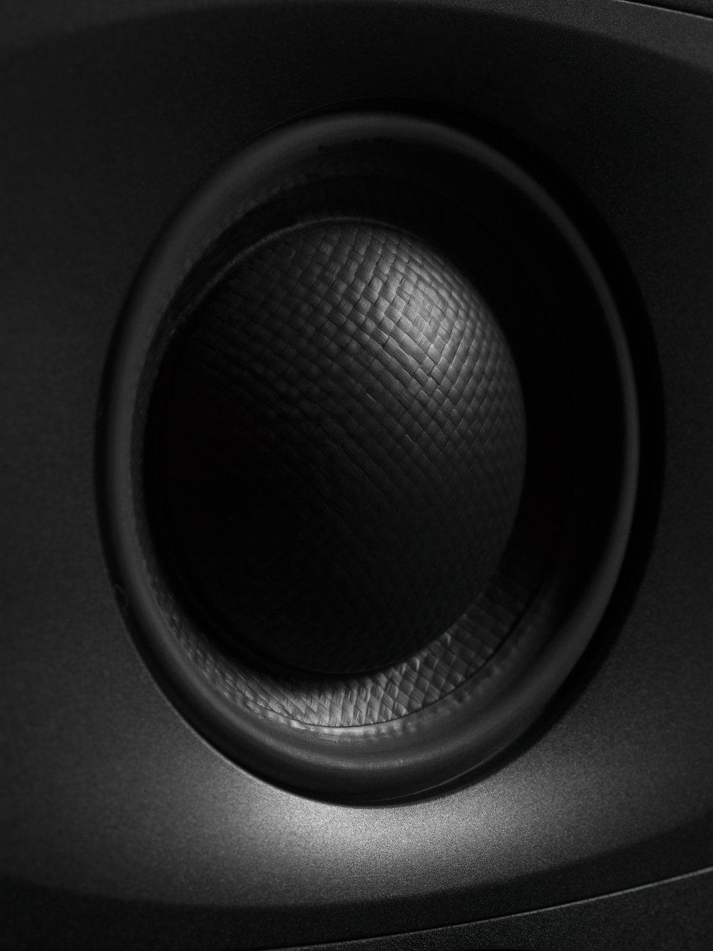 Mellanregisterelementet är också nyutvecklat och är en blandning mellan högtalarkon och högtalardom.