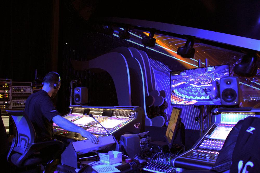 Och nedanför för oss har vi våra stiliga grannar i monitorsektionen, berättar Volker och vinkar ned mot kollegorna som rattar två SD7-mixerbord från DiGiCo, på vilka man nu kör Pro Tools för första gången efter år av Cubase-dominans. / Foto: Patrik Blomqvist