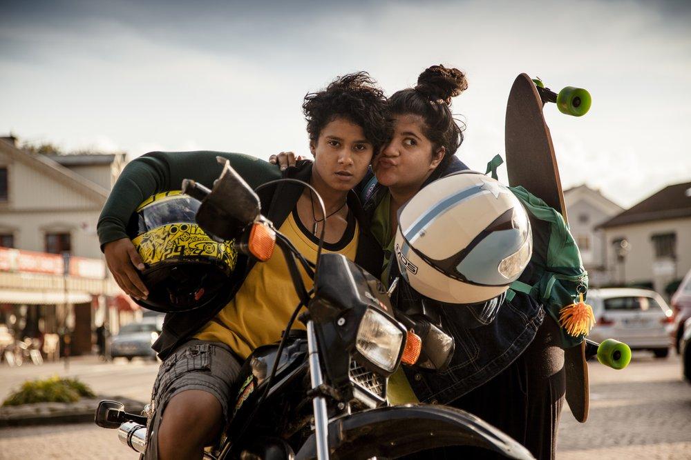 rollerna som Dana och Aida i Gabriela Pichlers prisbelönta film  Amatörer finner  vi Yara Aliadotter och Zahra Aldoujaili.