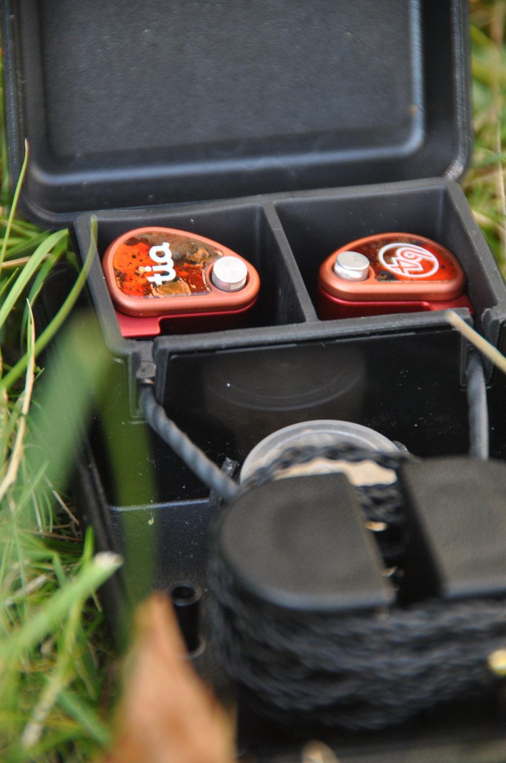 I den tåliga asken får man plats med lurar, utbytesproppar och dämpningsfilter samt verktyg.