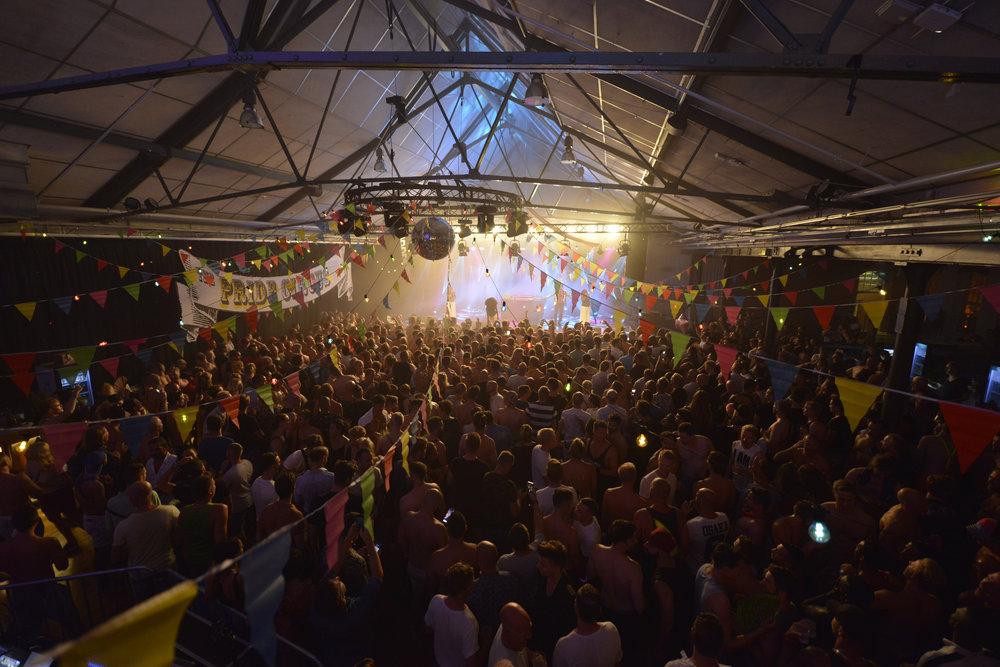 På lördagen var stämningen på topp inför sommarens största Euro Pride Closing party i Münchenbryggeriets mässhall i Stockholm.