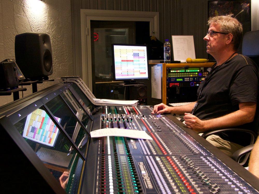Som A-ljud jobbar Lars med ett Lawo-bord. På väggen i kontrollrummet sitter Genelec 1038 och som närfält används Genelec 8240, och en Fostex 6301B som en liten monohögtalare.