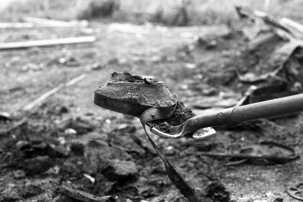1978 stötte en observant förare av en grävskopa på något som stack upp ur marken i Dawson City. Det var en filmrulle. Och fler skulle det finnas där.